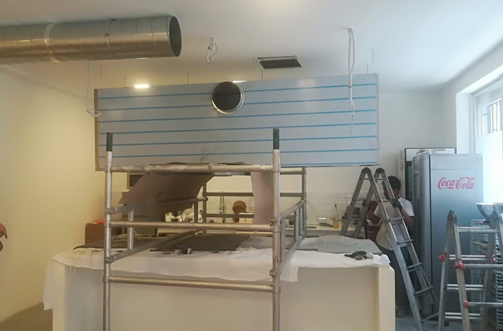 Campana y tubos en montaje de isla para cocina industrial - Salida de humos cocina normativa ...