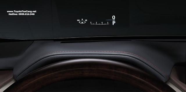 Màn hình hiển thị thông tin màu trên kính cung cấp các thông tin cho người lái trên kính chắn gió. Người lái vừa tập trung quan sát đường mà vẫn vừa có thể theo dõi các thông tin về tốc độ, hệ thống điều khiển hành trình, hệ thống âm thanh và vòng tua động cơ.