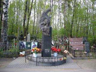 Памятник на могиле Виктора Цоя