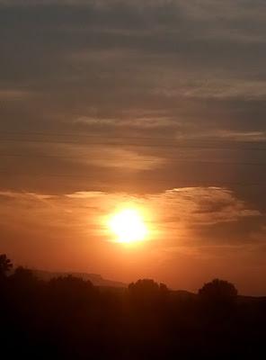 זריחה לפני הליקוי. הירח כבר שם ומתכונן לכסות את השמש