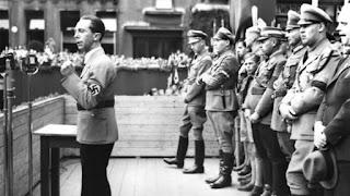 Joseph Goebbels, nuevamente, en pleno mítin dirigiéndose a las masas.