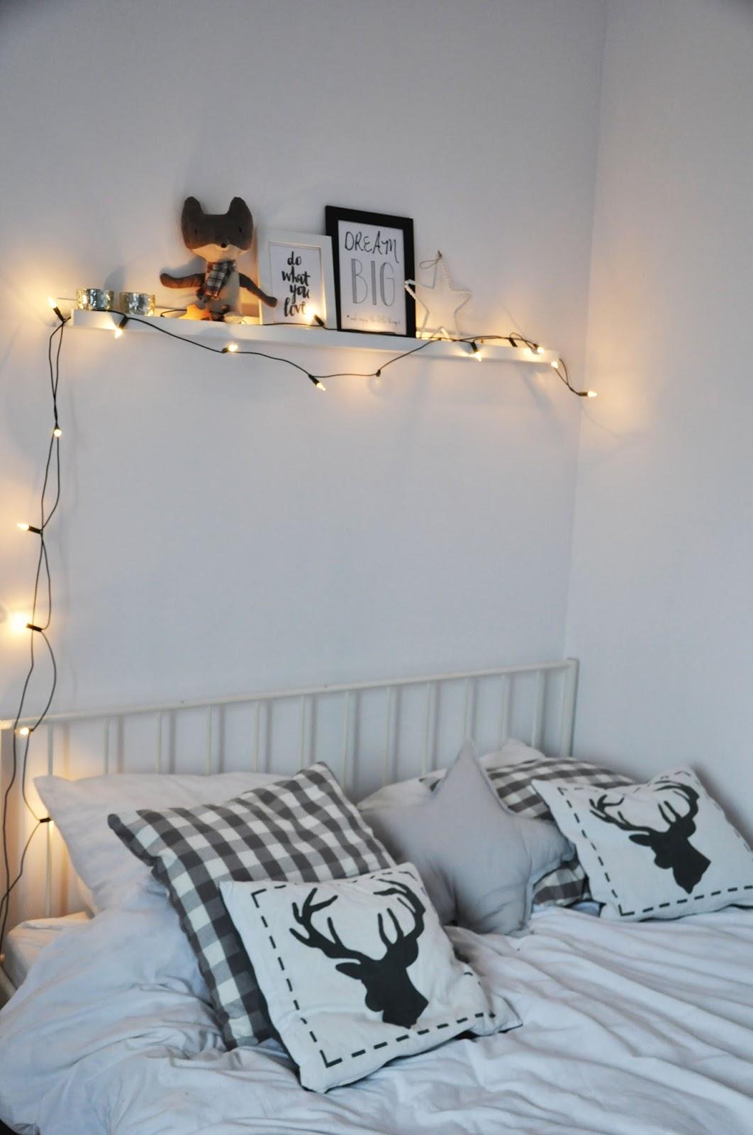 biała sypialnia, łóżko ikea leirvik, półka ribba, wilk maileg, dekoracja świąteczna, lampki