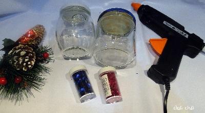 materiales para la bola de nieve. pegamento, purpirina, y piñas, se puede usar pinturas