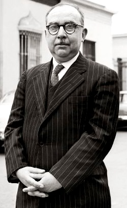 Imagen de Martín Adán parado y con terno