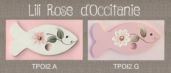 """2 tri-fils en bois peint, """"Poisson"""", blanc ou rose, ornés de marguerites. Broderie et point de croix"""