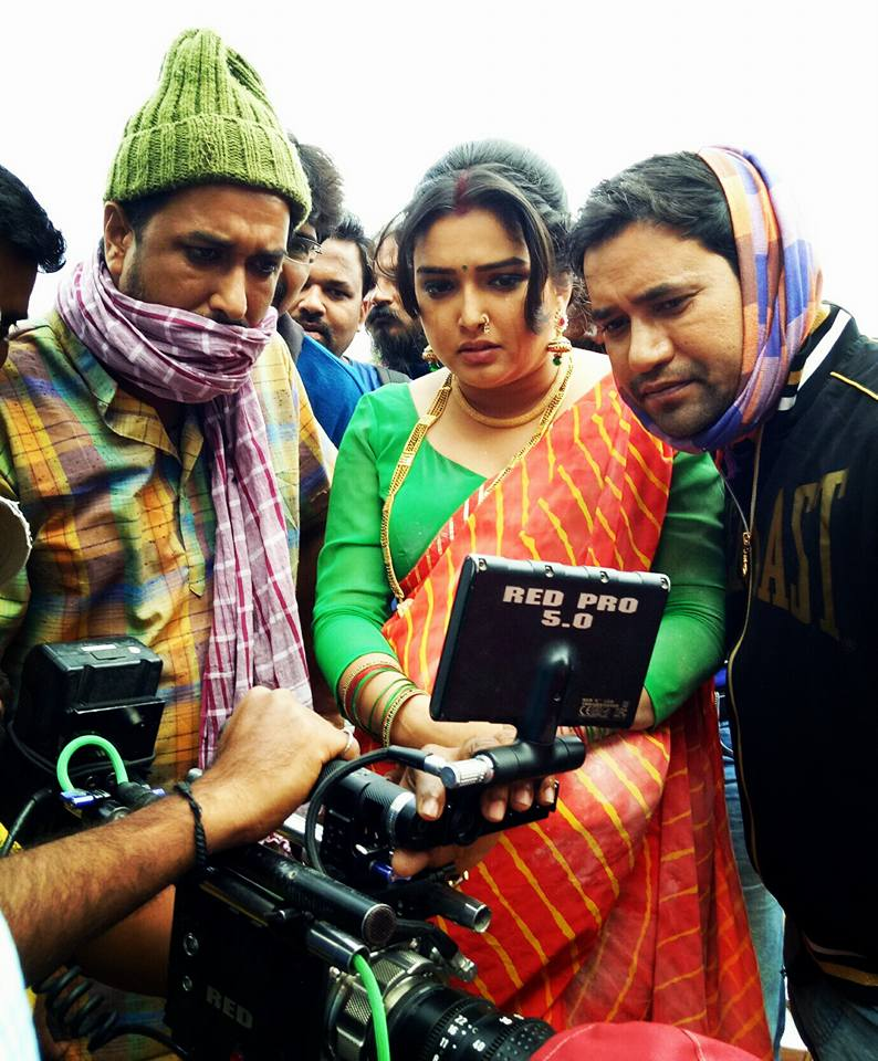 Amrapali Dubey and Dinesh Lal Yadav 'Nirahua' Shooting stills of Bhojpuri Movie Nirahua Hindustani 2