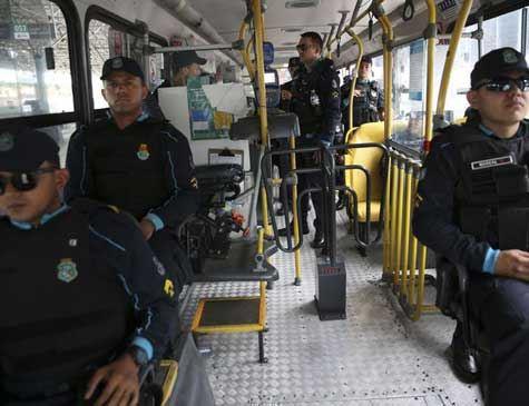 Com policiais nos ônibus, Fortaleza tenta normalizar transporte público