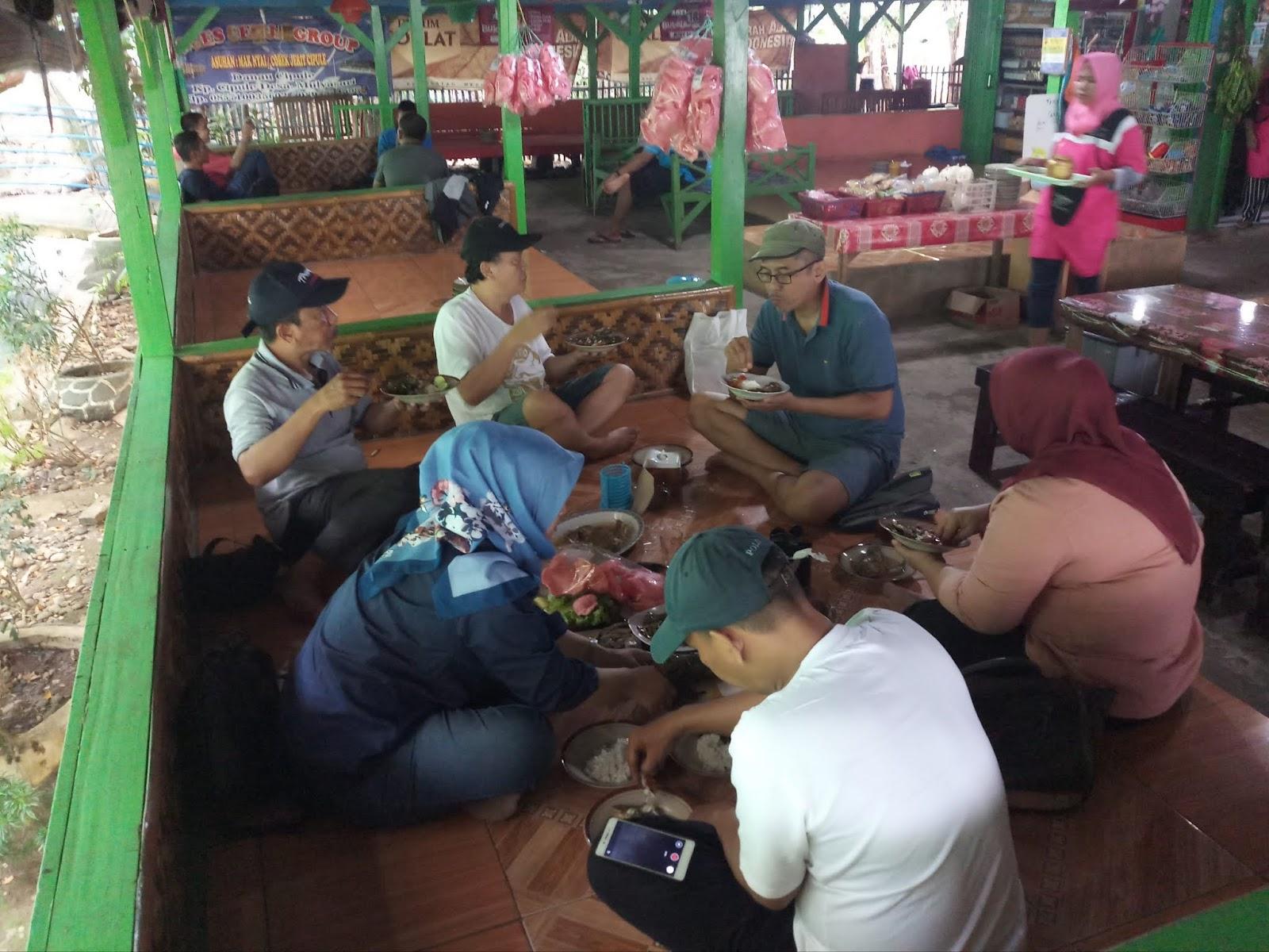 Sekian lama tak jumpa lima anggota pecinta alam Agatra Sraya Jakarta berbeda angkatan ini ngumpul di Karawang Nanjak Gunung Sangga Buana maklum anak