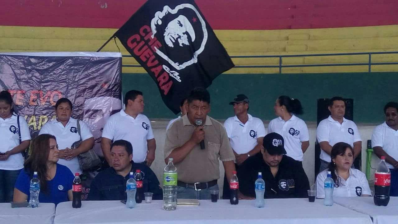 Vargas y Gutiérrez flanqueando al senador Pedro Montes con los símbolos de su agrupación de fondo