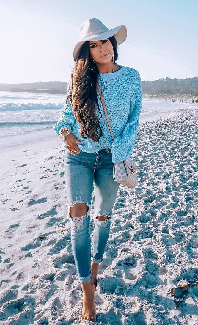fashionable outfit idea / hat + crossbody bag + blue sweater + ripped jeans