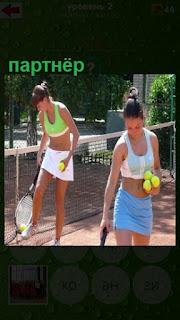 две женщины с ракетками на корте, партнеры по теннису