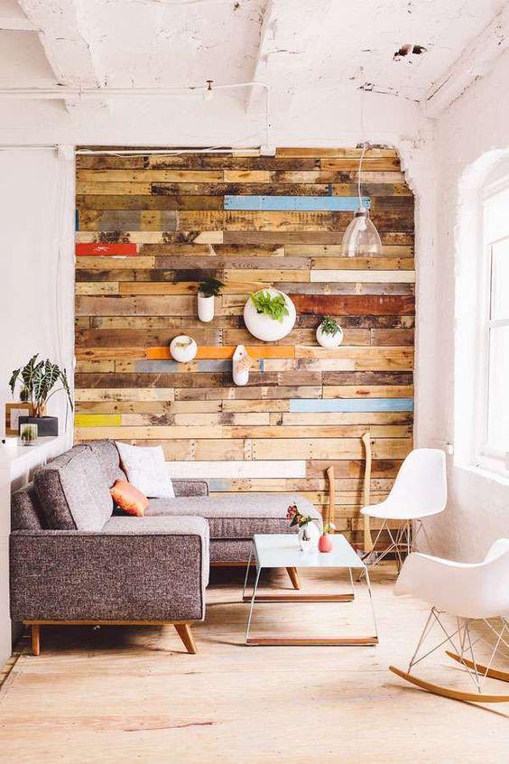 sofa cinza sala estar parede de pallet reutilizado cadeira eames
