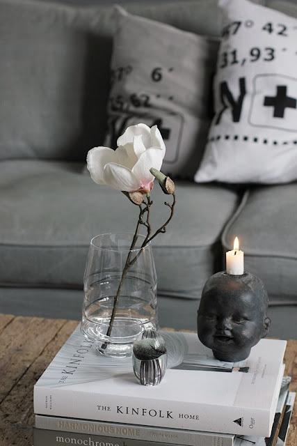 annelies design, webbutik, webbutiker, webshop, nätbutik, inredning, dekoration, nätbutiker, vardagsrummet, vardagsrum, kuddar, vako, ljusstake, vako, vas, magnolia, konstgjort, konstgjorda blommor, plastblommor, soffa, tygsoffa, ansikte,