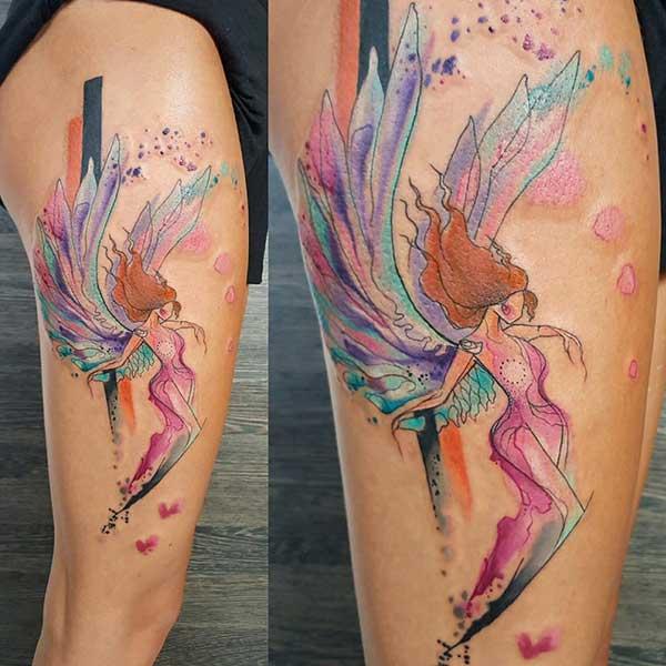 renkli melek dövmesi bacak