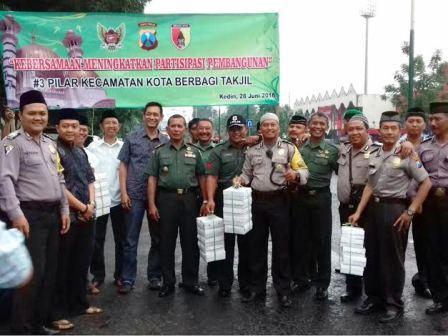 3 Pilar Kecamatan Kota Kediri Berbagi Takjil