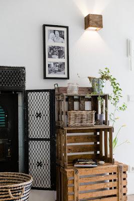 Lieblingsecke im Flur und Eingangsbereich: Gestapelte Weinkisten als Flur Regal bei Bloggerin Christel von Pomponetti