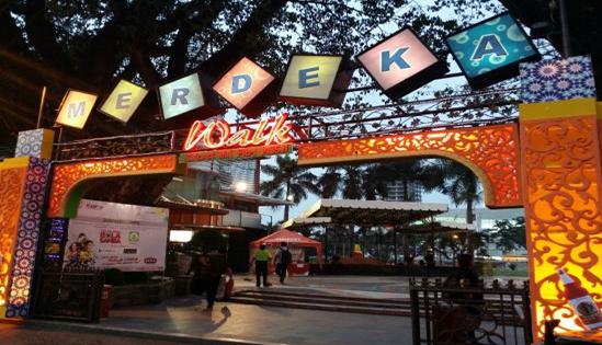 Merdeka Walk. Berada di Jalan Balai Kota, Lapangan Merdeka