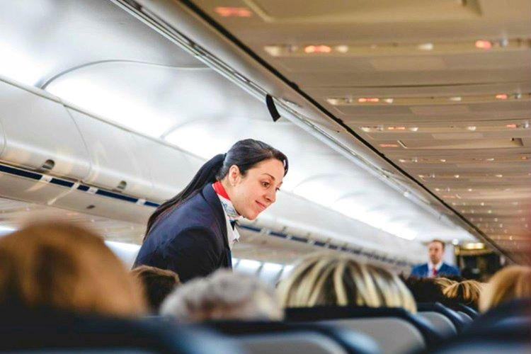 Bir uçuş memuru yanınızdan geçerken dikkatini çekmek için ona dokunmamalısınız.