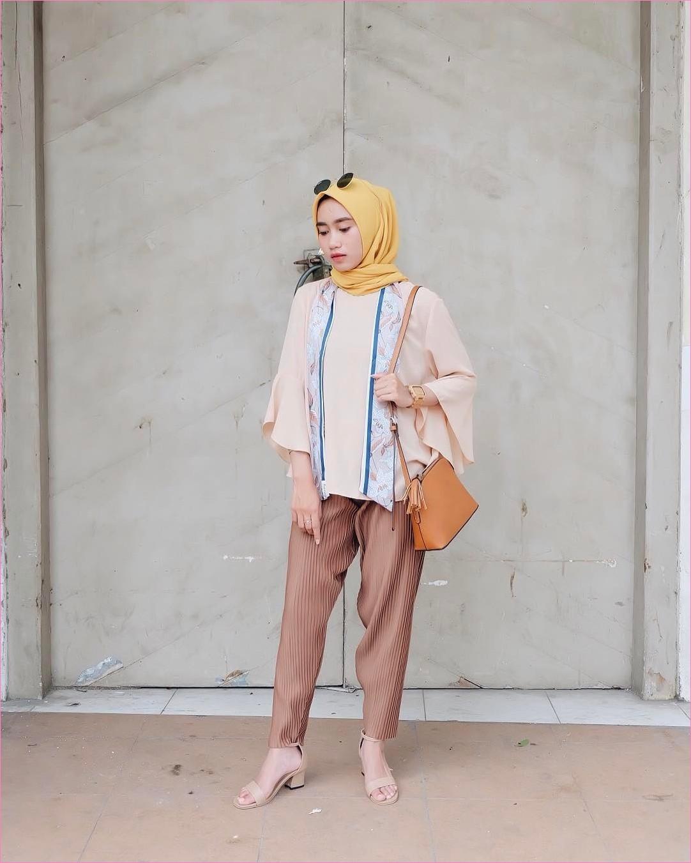 Outfit Kerudung Segiempat Ala Selebgram 2018 kerudung segiempat hijab square scarf polos kuning muda baju top blouse krem muda jam tangan slingbags celana bahan coklat high heels krem kacamata hitam ootd trendy hijabers