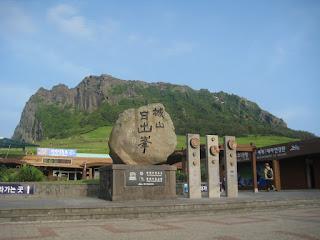 Menikmati Matahari Terbit Di Seongsan Ilchulbong