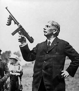 [Imagen: Thompson-and-his-gun.jpg]