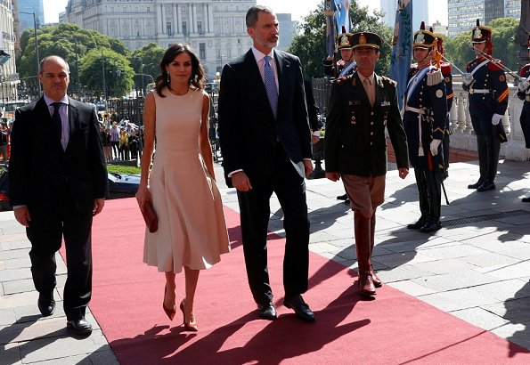 Queen Letizia wore a new midi dress by Pedro del Hierro. President Mauricio Macri and First Lady Juliana Awada