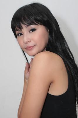 Soraya Larasati Pakai Tank Top Hitam dan Hot Pant Seksi kulit mulus