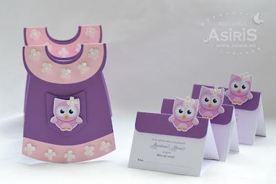 Papetarie botez fetita cpmpusa din meniuri in forma de rochita mov si roz cu flori albe si plicuri de bani pentru botez cu bufnita roz