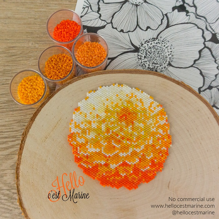 Grand dahlia en perles Miyuki delica créé par Hello c'est Marine pour tissage peyote ou brickstitch