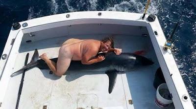 Σάλος με τον «ψαρά» που φωτογραφήθηκε ολόγυμνος καβάλα σε... νεκρό καρχαρία