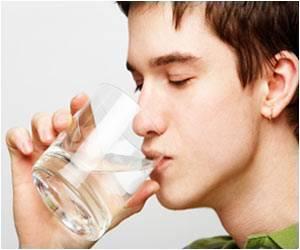 Air merupakan sumber kehidupan yang sangat penting bagi seluruh makhluk hidup 8 Manfaat Minum Air Putih