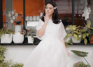 Ana Riana Pakai Gaun Putih