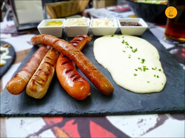 Surtido de salchichas alemanas (bratwurst, bockwurst, frankfurt y berner) con puré de patata y chucrut enThe Irish Temple Moratalaz Madrid