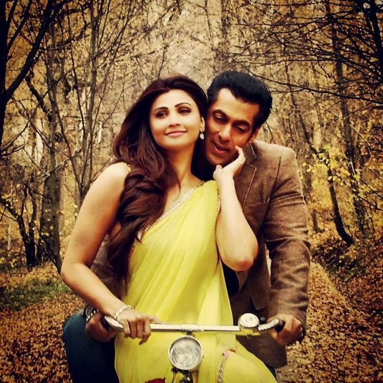 Salman Khan and Daisy Shah romancing on bicycle in Jai Ho movie