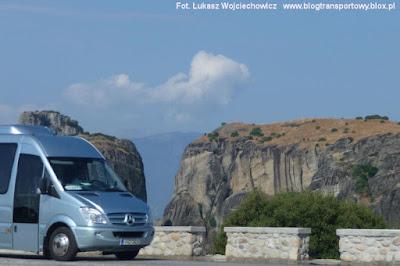 Mercedes Sprinter, a w tle jeden z meteorów. Dziś skała jest pusta, a kiedyś znajdował się na niej klasztor.