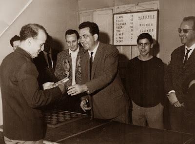 Salvador Casas Martí recogiendo su premio en el I Torneo Nacional de Ajedrez de Granollers 1964