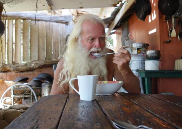 Millonario lleva 20 años viviendo en una isla desierta; perdió todo su dinero y ahora es feliz