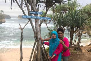 Panca dan istri di Pantai Teluk Putri