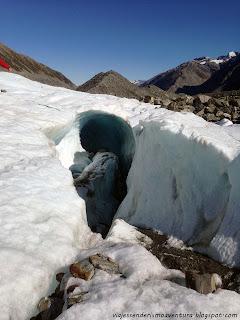 Vista desde el exterior de una cueva glaciar en el glaciar Tasman