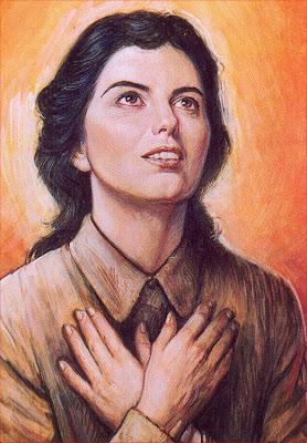 Alexandrina mirando al cielo con las manos cruzadas sobre el pecho