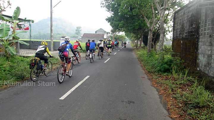 Iringan sepeda menuju desa Wisata Grogol