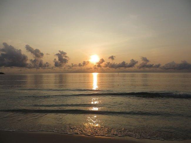 Солнце встает над морем