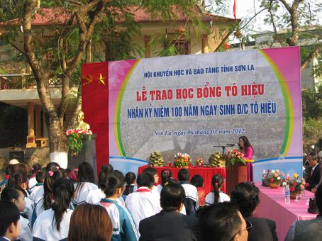 Lễ trao học bổng Tô Hiệu ở nghĩa trang Liệt sĩ nhà tù Sơn La.