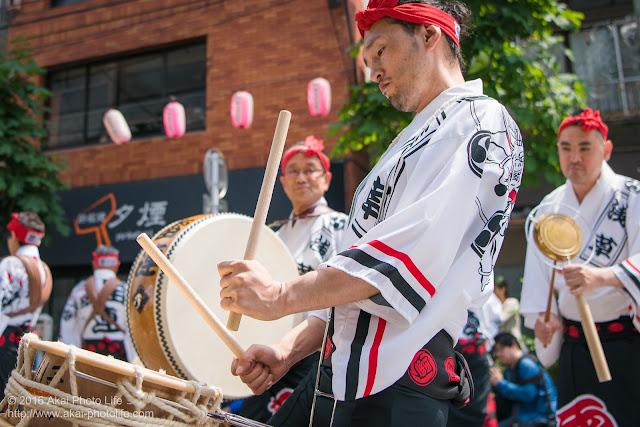 マロニエ祭りで浅草雷連の締め太鼓の叩き手を撮影した写真