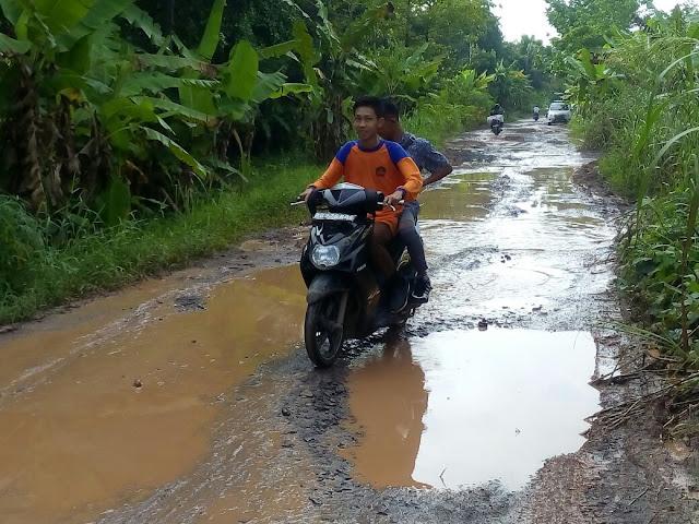 Jalan Kecamatan Pemulutan Selatan Bak Kubangan Kerbau