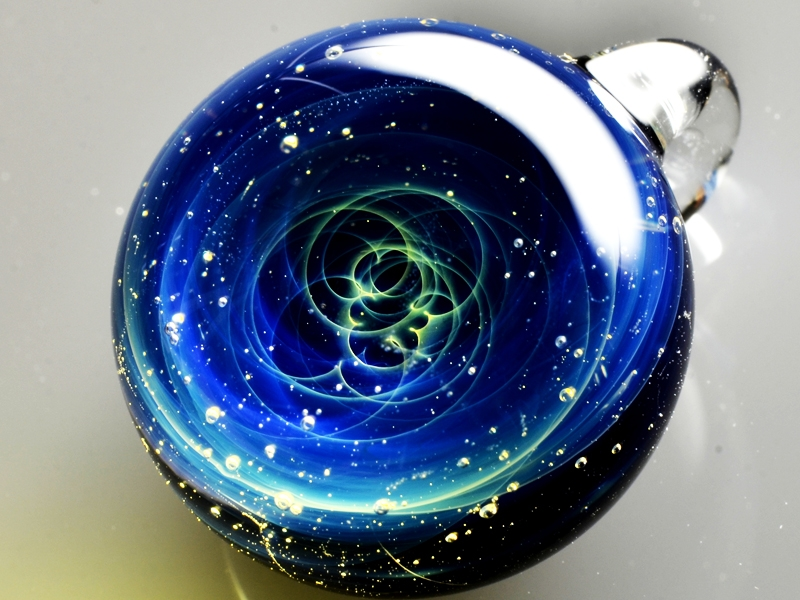 14-Satoshi-Tomizu-とみず-さとし-Galaxies-Sculpted-in-Space-Glass-Globes-www-designstack-co
