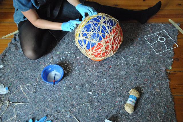 Wasserball regelmäßig mit Kleister beschmieren