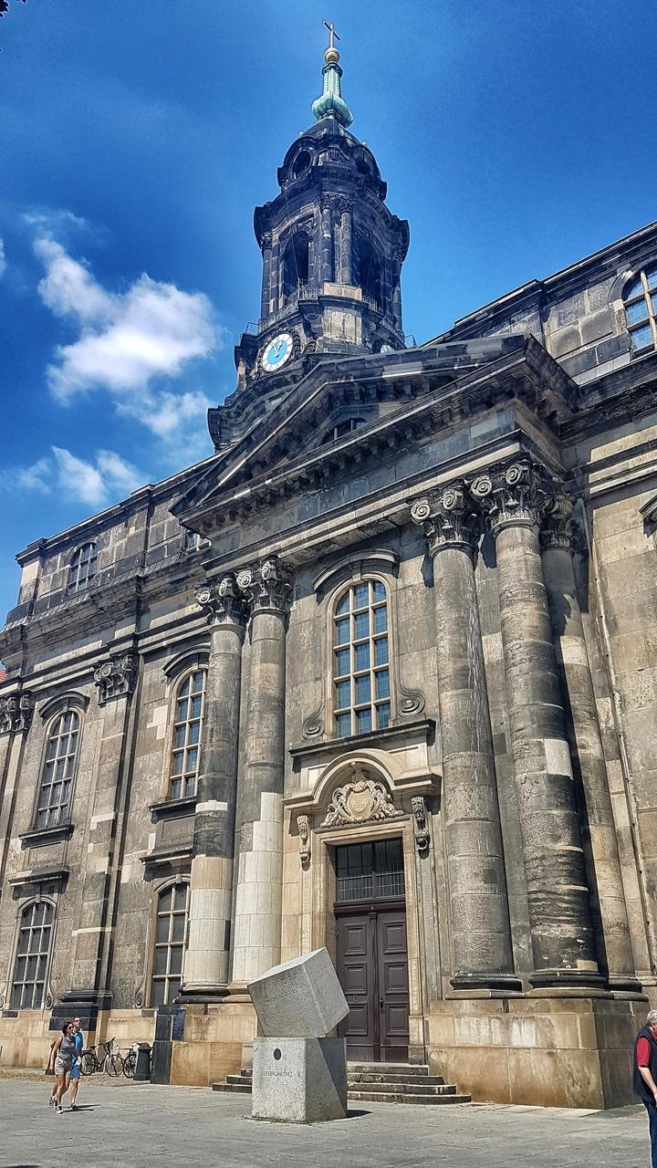 Kościół Św. Krzyża to jeden z wyjątkowych zabytków Drezna. Z zewnątrz zwyczajny, w środku ogromna, przytłaczająca pustka, a przecież przed bombardowaniem Drezna nie należał do najbiedniejszych tego typu zabytków.