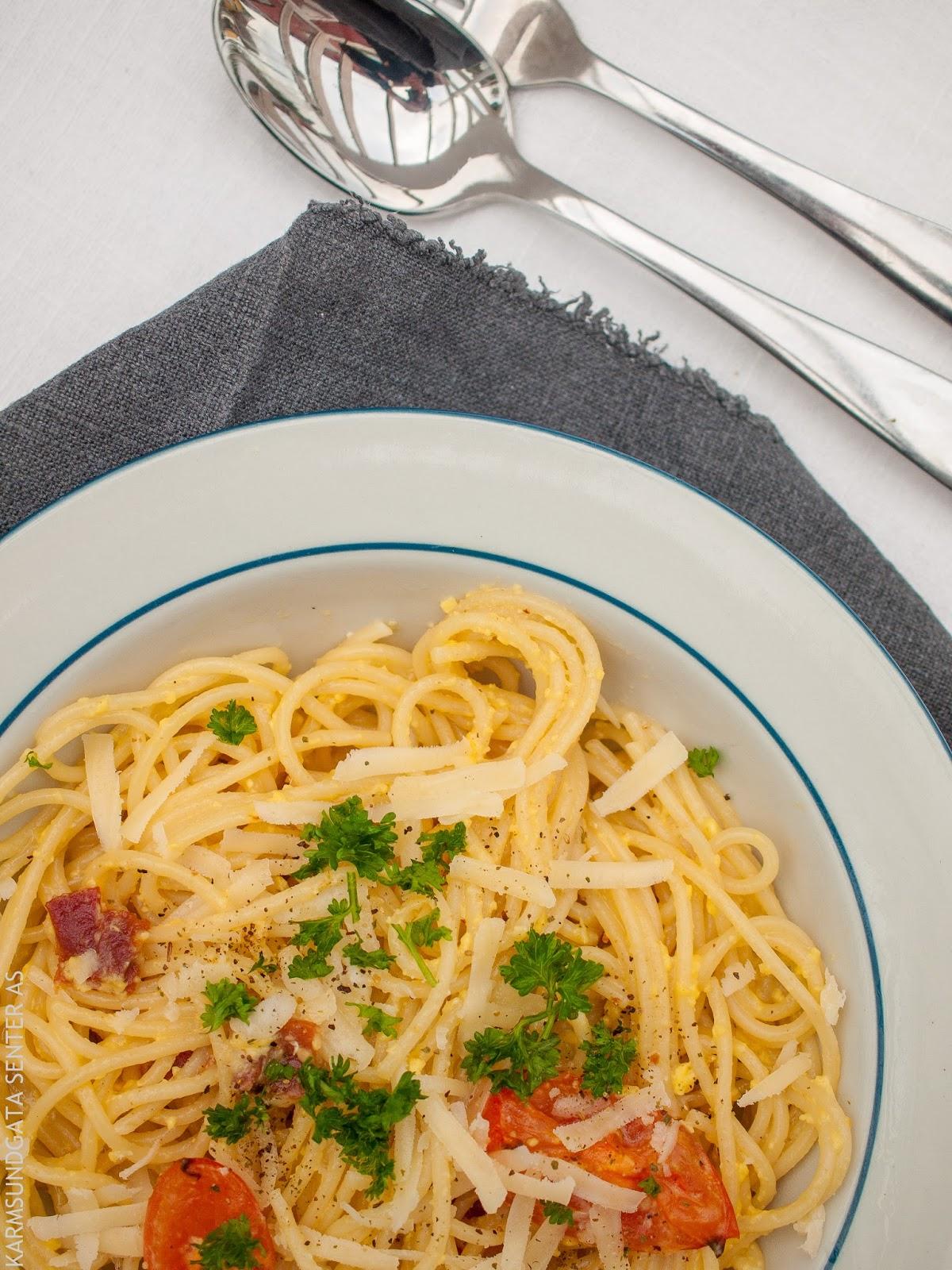 Spaghetti carbonara med tomater og persille