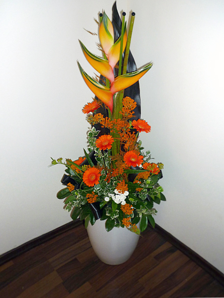 Padlóváza dísz virágkompozícióval, recepcióra